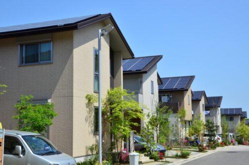 並ぶ太陽光発電のある家