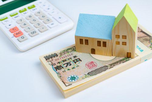 電卓とお金、家の画像