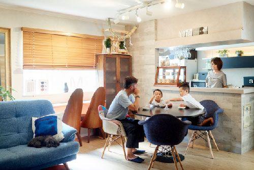 新築の家で過ごす家族