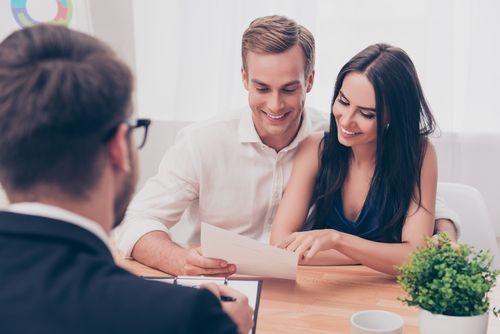 減税の確認をする男女と専門家