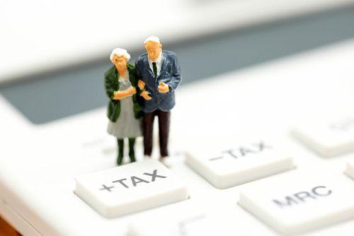 消費税を見る男女