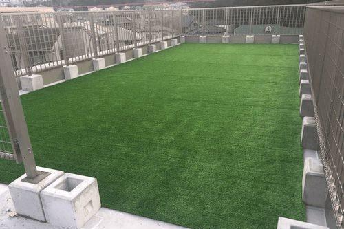 人工芝が敷かれている屋上