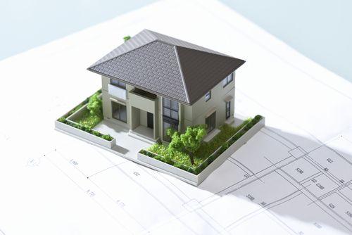 設計図の上に家の模型