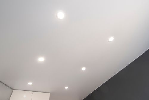 6つのダウンライトが写った天井