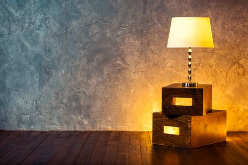 低い位置に置いたフロアランプがオレンジ色に照らす部屋
