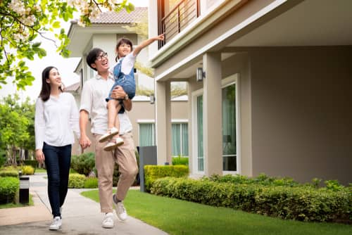 笑顔で歩く家族