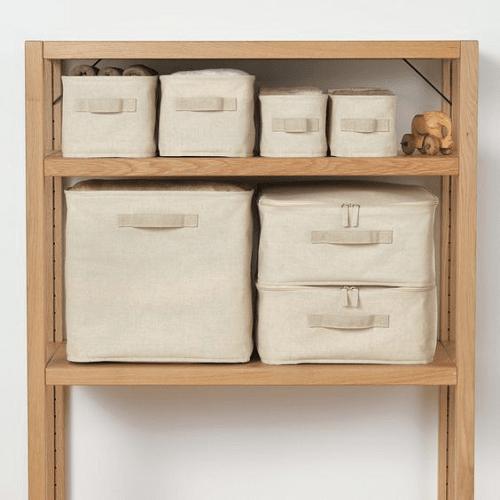 4種類のフタ付きソフトボックスが棚に収納されている(無印良品)