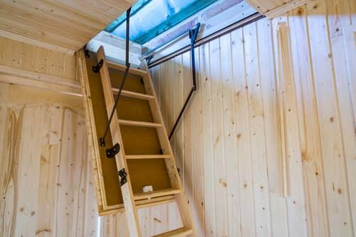 折りたたみ収納式のはしご