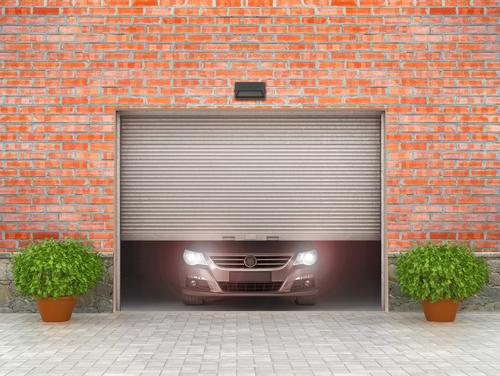 ガレージのドアが開き、その後ろに車がある