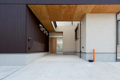 駐車場とつながっているコンクリート仕上げの中庭